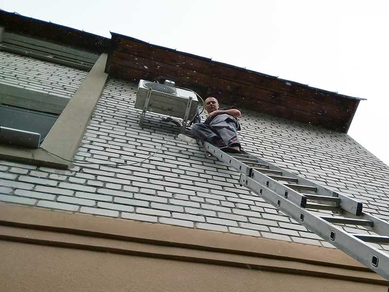 Снятие внешнего блока кондиционера с лестницы