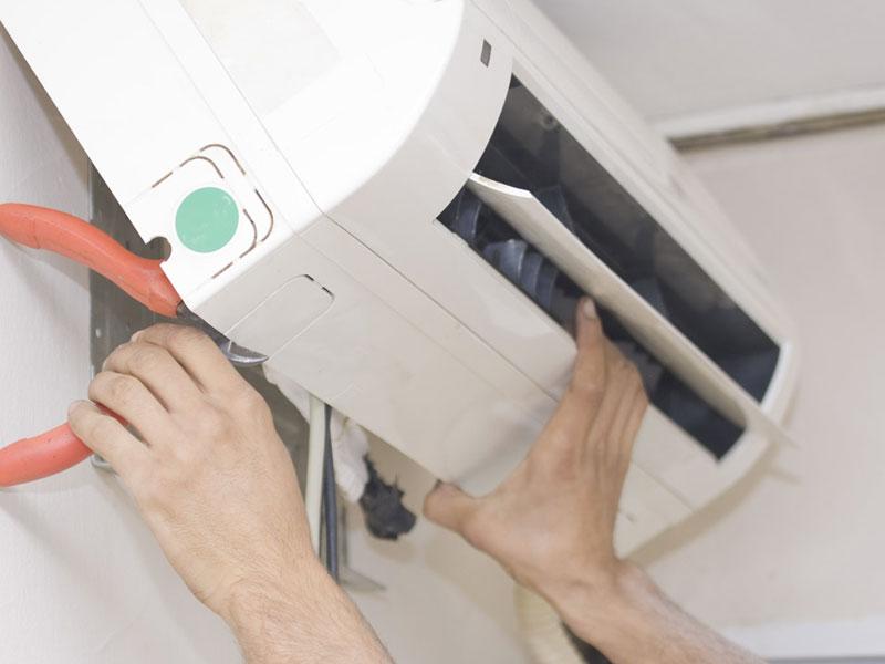 Процесс снятия внутреннего блока кондиционера со стены